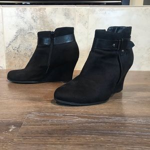 5/$20 Reitmans Wedge Ankle Boot, Size 9